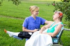 Verpleegster met patiënt Stock Foto's