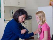 Verpleegster met Stethoscoop stock afbeeldingen