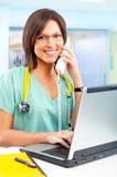 Verpleegster met telefoon en laptop royalty-vrije stock afbeelding