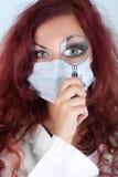 Verpleegster met vergrootglas Royalty-vrije Stock Foto's