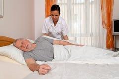 Verpleegster in oude zorg Stock Fotografie