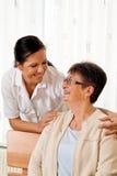 Verpleegster in oude zorg voor de bejaarden in verzorging Royalty-vrije Stock Foto