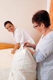 Verpleegster in oude zorg voor de bejaarden in verzorging Royalty-vrije Stock Afbeelding