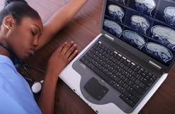 Verpleegster In slaap bij Computer royalty-vrije stock foto