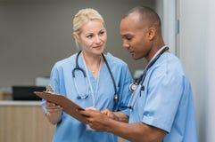 Verpleegsters die medische rapporten controleren Stock Foto's