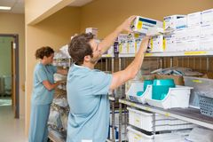 Verpleegsters die Voorraad in Bergruimte schikken Royalty-vrije Stock Foto