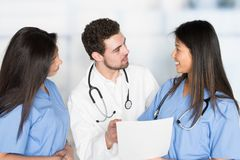 Verpleegsters en Arts In Hospital stock afbeelding