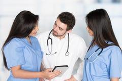 Verpleegsters en Arts In Hospital royalty-vrije stock foto's