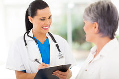 Verpleegsters sprekende patiënt Royalty-vrije Stock Fotografie