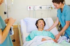 Verpleegsters troostende patiënt royalty-vrije stock foto's
