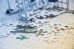 verpletterd boodschappenwagentje met heel wat witte puzzel, Ontbroken bedrijfsconcept, het Winkelen online concept Stock Foto's