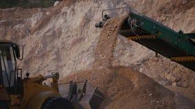 Verpletterd stenenvervoer door transportband royalty-vrije stock fotografie