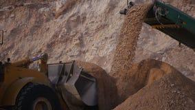 Verpletterd stenenvervoer door transportband royalty-vrije stock afbeeldingen