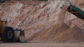 Verpletterd stenenvervoer door transportband royalty-vrije stock afbeelding