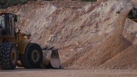 Verpletterd stenenvervoer door transportband stock foto's