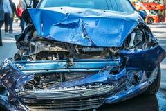 Verpletterde auto na ongeval op weg, het gevaarlijke drijven Stock Afbeeldingen