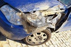 Verpletterde auto na ongeval Zijneerstorting Stock Foto