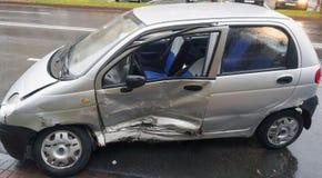 Verpletterde auto in verkeer Stock Fotografie