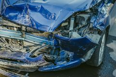 Verpletterde blauwe auto na ongeval op straat Stock Foto