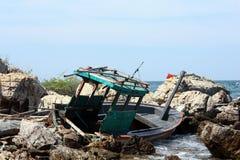 Verpletterde boot in rotsen Royalty-vrije Stock Foto's