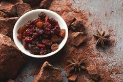 Verpletterde chocoladestukken en cacao op grijze achtergrond Royalty-vrije Stock Foto's
