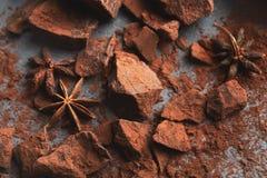 Verpletterde chocoladestukken en cacao op grijze achtergrond Royalty-vrije Stock Foto