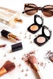 Verpletterde decoratieve schoonheidsmiddelen naakt op witte achtergrond dicht omhoog Stock Fotografie