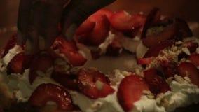Verpletterde die amandelen op room en aardbeien worden gelaten vallen stock videobeelden