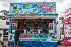 Verpletterde ijs of slushie verkoper bij de Pasen-parade in Bliksemrand, verkopende koude dranken en op smaak gebrachte ijsdranke royalty-vrije stock foto