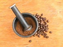 Verpletterde Koffiebonen in een Gietijzermortier Royalty-vrije Stock Afbeeldingen