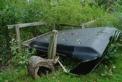 Verpletterde Oude Vrachtwagen GLB in Bos stock foto