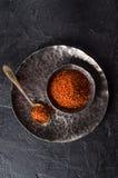 Verpletterde rode Spaanse peperpeper op metaalplaat op donkere steenachtergrond Selectieve nadruk Hoogste mening Royalty-vrije Stock Foto