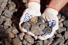 Verpletterde steen in handen royalty-vrije stock afbeeldingen