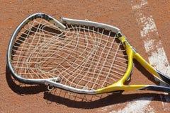 Verpletterde tennisracket Stock Afbeeldingen