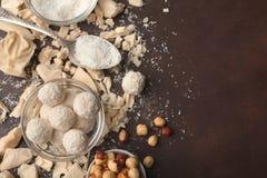 Verpletterde witte chocoladestukken en truffels op grijze achtergrond Stock Fotografie