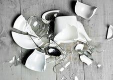 Verpletterden de glas gebroken schotels de lepel van de theekoppen van het wijnglas sauser met fragmenten op modern rustiek hout Royalty-vrije Stock Foto
