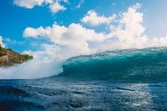 Verpletterende blauwe golf in oceaan Brekende vatgolf Stock Afbeelding