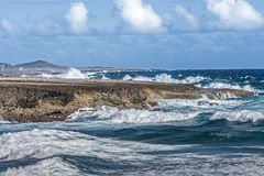 Verpletterende Golven bij Boka-Beklimming Curacao stock afbeelding