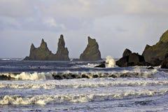 Verpletterende golven bij Reynisdragar-overzeese stapels Stock Afbeeldingen