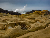 Verpletterende golven bij rotsachtige oceaanklippen Stock Fotografie