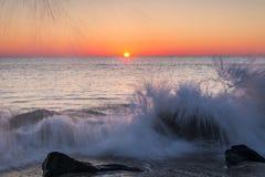 Verpletterende golven bij Zonsopgang Stock Foto