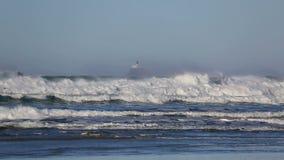 Verpletterende golven met opgelegde Tillamook-Vuurtoren langs de kust HD van Oregon stock footage