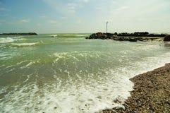 Verpletterende golven op kust van Olimp toevlucht Roemenië Stock Fotografie