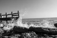 Verpletterende golven op strand snel blind seaford Stock Afbeeldingen
