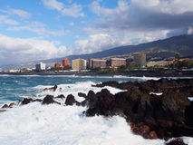 Verpletterende golven in Puerto de la Cruz Stock Afbeeldingen