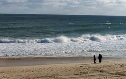 Verpletterende oceaangolven op een strand Royalty-vrije Stock Foto's