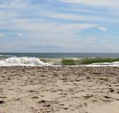 Verpletterende oceaangolven op een zandig strand Royalty-vrije Stock Afbeeldingen