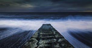 Verpletterende oceaangolven tegen golfbreker royalty-vrije stock fotografie