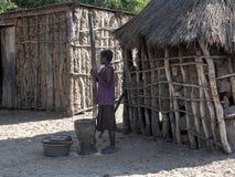 , verplettert de vrouw de korrel, Noord-Namibië royalty-vrije stock foto