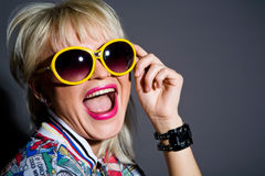 Verrückte blonde Frau in den Sonnenbrillen Stockfoto